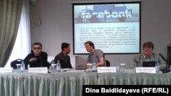 Интернет-форум в Алматы. Гиорги Циклаури (слева) делает презентацию о Грузии. 24 мая 2013 года.