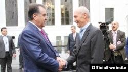 Президент Таджикистана Эмомали Рахмон (слева) и глава ВТО Паскаль Лами (справа) обмениваются рукопожатиями. Женева, 10 декабря 2012 года.