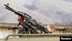 Российский военнослужащий возле украинской военной базы в Перевальном, возле Симферополя