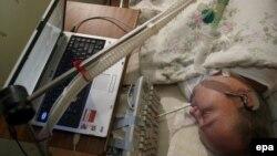 14 жасында апатқа ұшырағаннан бері жасанды аспап көмегімен өмір сүріп жатқан 36 жастағы поляк азаматы. (Көрнекі сурет)