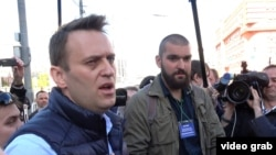 Российский оппозиционный политик Алексей Навальный (слева).