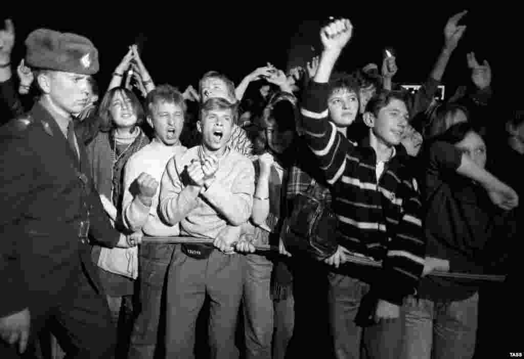 """В августе 1990 года Виктор Цой трагически погиб – уснул за рулем. Друзья и поклонники устроили концерт памяти в Москве. А чуть ранее в 1990-м """"Кино"""" отыграло в московских """"Лужниках"""" свой самый большой концерт для 62 тысяч фанатов."""