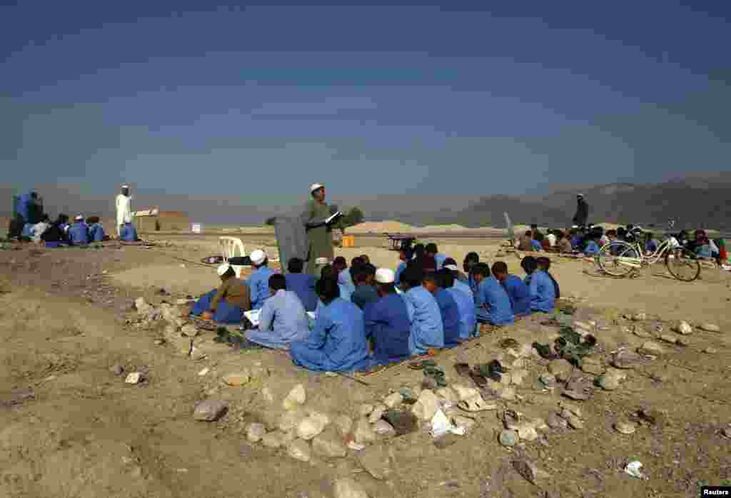 Afghan children study in an outdoor classroom in Jalalabad Province. (Reuters/Parwiz)