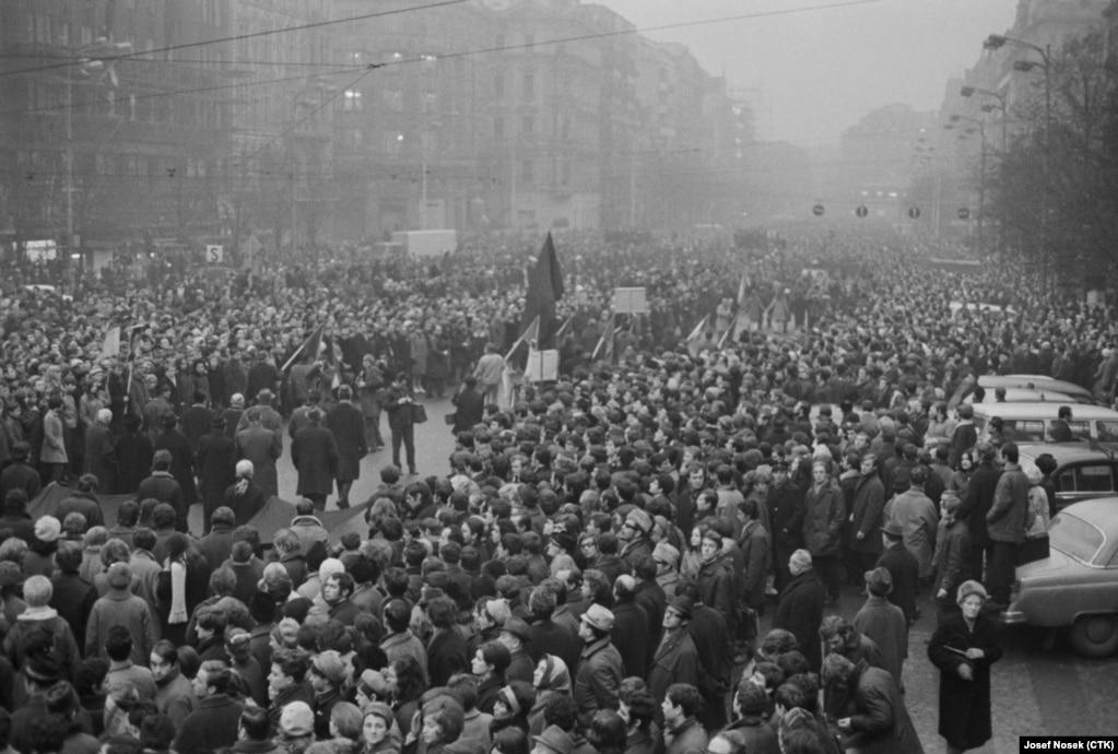 Kematian Jan Palach memantik ribuan mahasiswa turun ke jalan untuk memprotes invasi Soviet di Cekoslovakia