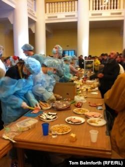 Сотні волонтерів працюють на різних на різних ділянках Євромайдану