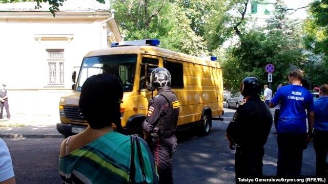 Эвакуация людей, перекрытые дороги, работа взрывотехников - в Симферополе  водителю показалось, что его машина заминирована фото 3