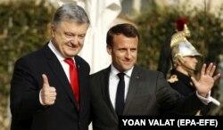 Президент Франції Емманюель Макрон (праворуч) і президент України та кандидат на другий президентський термін Петро Порошенко після прибуття в Єлисейський палац у Парижі, 12 квітня 2019 року