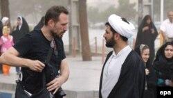 ایاسون آتاناسیادیس (چپ)، خبرنگار بریتانیایی- یونانی که در تهران بازداشت شده بود
