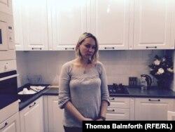 Елена Балановская ипотекаға алған пәтерінің асүйінде тұр. Мәскеу, 17 желтоқсан 2014 жыл.