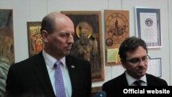 Австралискиот парламентарец Лук Симпкинс и прилепскиот градоначалник Маријан Ристески на средба во Прилеп.