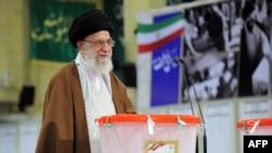 Ислам революциясы жетекшісі 77 жастағы аятолла Әли Хаменеи Иран президенті сайлауына дауыс беріп тұр. Тегеран, 19 мамыр 2017 жыл.