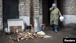 Дебальцеве, розстріляне сепаратистами: водогін не працює, електрики й газу немає, люди готують їжу на вогнищі надворі, фото 3 лютого 2015 року