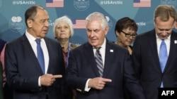 Глава МИД России Сергей Лавров и госсекретарь США Рекс Тиллерсон во время встречи Арктического совета в Фейербэнксе, 11 мая 2017 года.