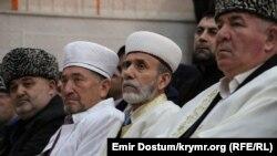 Qırımnıñ Rusiye müftisi Emirali Ablayev (ortada)