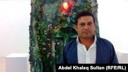 الفنان دشتي مصطفى أمام أحد أعماله