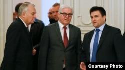 Жан-Марк Еро, Франк-Вальтер Штайнмаєр і Павло Клімкін (л>п) на зустрічі в Парижі 3 березня 2016 року