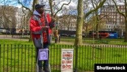Egy férfi beszél a híres Speakers' Corneren a londoni Hyde Parkban, 2017-ben. A karanténkönnyítés és a jó idő tömegeket vonzhat a szabadba