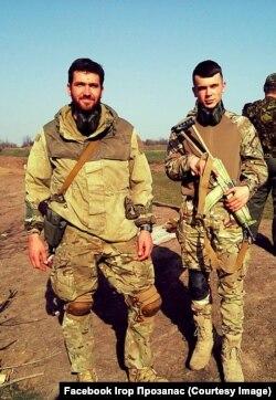 Ігор Прозапас (зліва) із побратимом на фронті