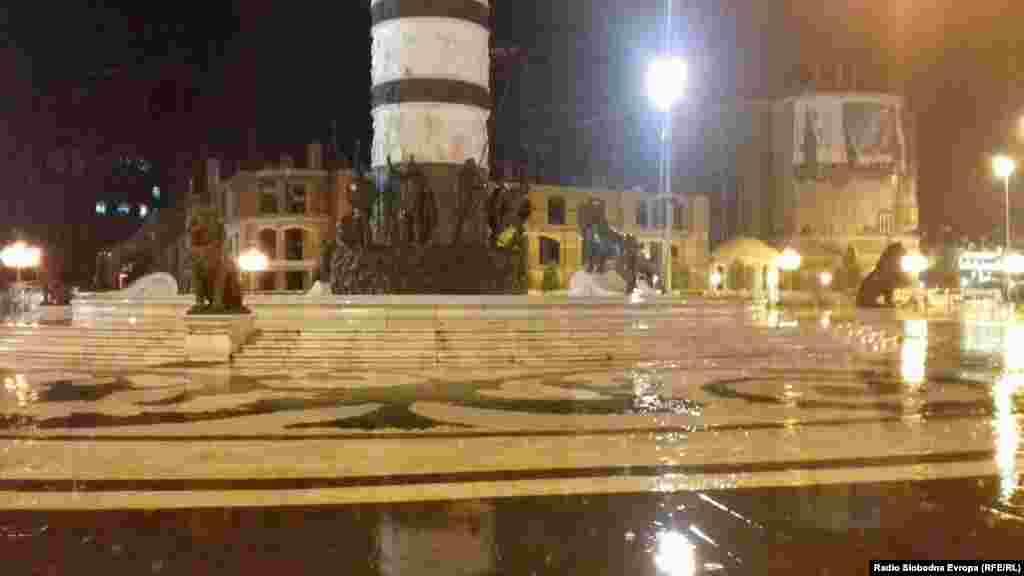 Фонтаната на плоштадот при невремето во Скопје.