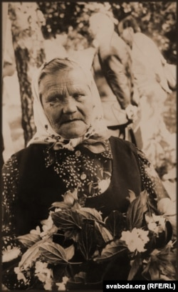 Фаіна Хвяньчук падчас пахаваньня Ганны Бочкі, 1979. Гэта адзіная захаваная фотакартка зь яе дому (на жаль, пакуль не знайшлося аніводнага адбітку з абліччам Ганны Іванаўны, але пошук працягваецца)