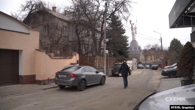 Журналіст Сергій Андрушко шукає доступ до люнету на вулиці Радіальну в Києві