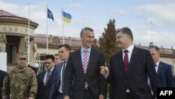 Украин президенти Петро Порошенко менен НАТОнун баш катчысы Йенс Столтенберг. Львов, 21-сентябрь, 2015-жыл