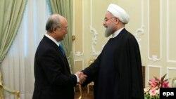 Юкиа Амано Иран президенти Хасан Роухани менен жолуккан кез. 18-январь, 2016-жыл.