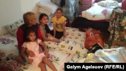 Айнур Садыкова с детьми в комнате общежития. Алматы, 24 августа 2015 года.