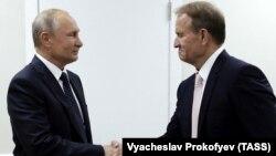 Володимир Путін і Віктор Медведчук під час останньої наразі зустрічі в російському Владивостоці 5 вересня 2019 року