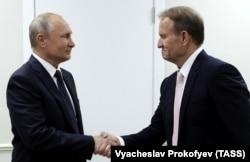 Президент Росії Володимир Путін (ліворуч) і його кум з України, один із лідерів проросійської партії «Опозиційна платформа – За життя» Віктор Медведчук. Владивосток, 5 вересня 2019 року