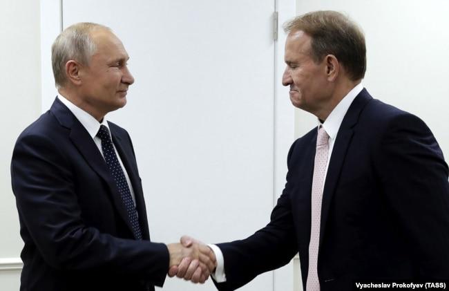 За часів Петра Порошенка головним комунікатором між Україною та Росією був Віктор Медведчук