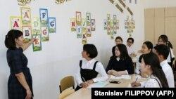 Астана мектептерінің бірінде оқушыларға сабақ өтіп тұрған мұғалім (Көрнекі сурет).