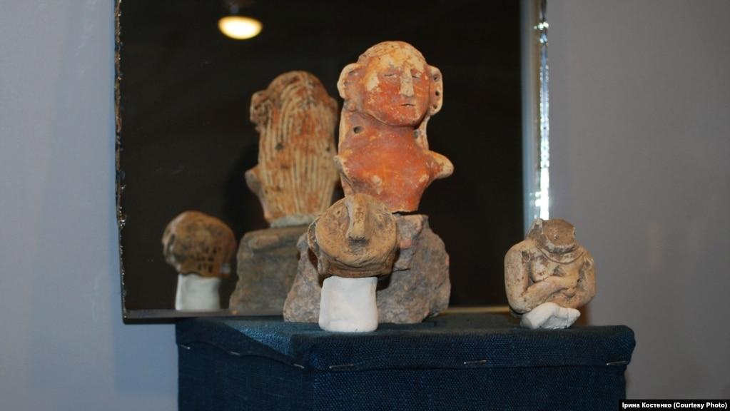 Фрагмент керамічної фігурки жінки з довгим волоссям