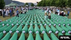 Në mesin e krimeve të shumta, forcat serbe të Bosnjës masakruan 8 mijë burra e djem në Srebrenicë, në një akt gjenocidi.