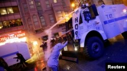Турската полиција со солзавец се обидува да ги растера демонстрантите