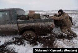 Украинcкие военнослужащие в поселке Травневе, 23 ноября 2017 года