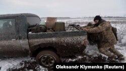 Një ushtar i Ukrainës afër qytetit Travneve