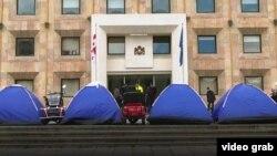 Акция протеста владельцев электромобилей перед зданием правительственной канцелярии в Тбилиси