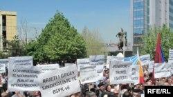 Prishtinë, 1 maj, 2010: Ish-punonjës në ndërmarrjet shoqërore dhe pensionistë kanë shprehur pakënaqësitë për gjendjen e të drejtave të punëtorëve në Kosovë.