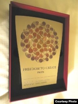 """Премия """"Свобода творчества"""" в номинации «Творец в заключении» казахскому поэту Арону Атабеку. Каир, 26 ноября 2010 года."""