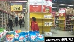 Супермаркетте жүрген тұтынушылары. Алматы, 2 ақпан 2014 жыл. (Көрнекі сурет)