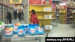 Покупатели в супермаркете. Алматы, февраль 2014 года.