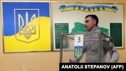 Під час підготовки однієї з виборчих дільниць у Києві (архівне фото)