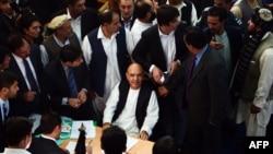 Ауғанстан президенті Хамид Карзайдың туысы Каюм (ортада) алдағы президент сайлауына үміткер ретінде қатысуға тіркелуге келді. Кабул, 6 қазан 2013 жыл.