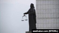 """Türkmenistanda Adlat ministrliginiň öňünde dikilen """"Adalat"""" heýkeli. Aşgabat, 2011."""