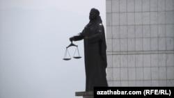 Türkmenistanyň Adalat ministrliginiň öňündäki heýkel, Aşgabat.