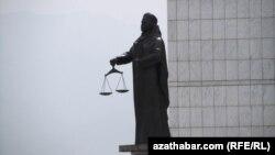 Türkmenistanyň Adalat ministrliginiň öňündäki Adalat heýkeli, Aşgabat