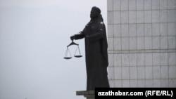 Adalat ministrliginiň öňündäki heýkel, Aşgabat