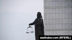Türkmenistanyň Adalat ministrliginiň öňündäki Adalat heýkeli, Aşgabat şäheri.