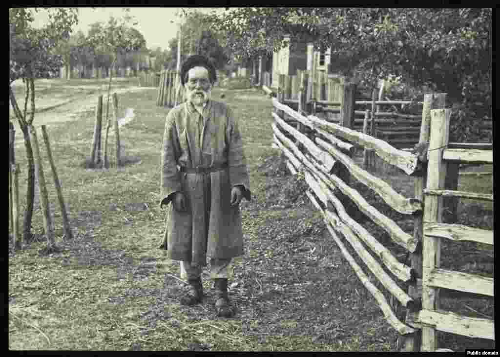 Старик-крестьянин из деревни Дубое в Пинском районе, это одна самых известных полесских деревень и самое старое село района.